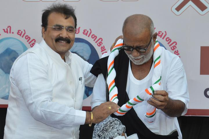 Dr Nidatt Barot with Pujya Morari Bapu